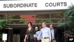 Mary dan Rick Todd, orang tua dari mendiang insinyur piranti lunak Amerika Shane Truman Todd, meninggalkan pengadilan di Singupara, 5 Mei 2013 (Foto: dok). Hakim Singapura memutuskan Shane tewas karena nunuh diri, Senin (8/7).