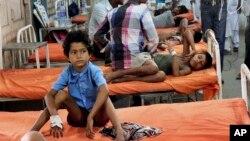 Beberapa murid sekolah dasar di Patna, negara bagian Bihar dirawat setelah keracunan akibat makan siang (17/7). 23 siswa tewas akibat keracunan ini.