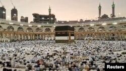 Musulmanes rezan en La Meca durante la peregrinación anual del haj, el 8 de agosto de 2019.