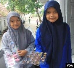Dua santri perempuan di Ponpes Ali Maksum menunjukkan hasil kue yang mereka buat (3/2).