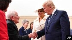 Tổng thống Donald Trump bắt tay một cựu chiến binh Thế Chiến Thứ Hai nhân kỷ niệm 75 năm ngày D tại Portsmouth, Anh, ngày 5/6/2019.