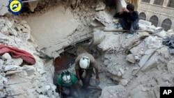 ພະນັກງານໜ່ວຍປ້ອງກັນພົນລະເຮືອນ ໝວກເຫລັກຂາວ ຂຸດຫາຊາກສົບ ແລະພວກທີ່ລອດຊີວິດມາໄດ້ ຕາມຊາກຫັກພັງ ທີ່ຄຸ້ມ Bustan al-Basha ຂອງເມືອງ Aleppo.
