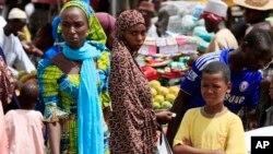 Wasu mata su na sayayya cikin kasuwa a Maiduguri, Jihar Borno.