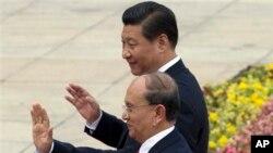 ျမန္မာသမၼတ ဦးသိန္းစိန္ Thein Sein (ေရွ႕) တ႐ုတ္သမၼတ Xi Jinping တို႔ တ႐ုတ္ႏိုင္ငံ Great Hall မွာ ေတြ႔ရစဥ္။ (ဂၽြန္ ၂၇၊ ၂၀၁၄)