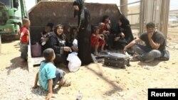 Những người dân Syria vừa đến được trại một tị nạn ở Jordan, gần biên giới Syria