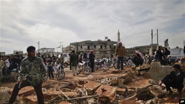 Sirijci čekaju u redu da bi kupili hled, u gradu Maret Misrin, nedaleko od Idliba, u Siriji