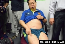 香港民主黨成員林子健展示全身傷痕。(美國之音湯惠芸摄)