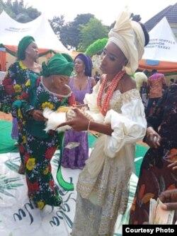 Fifi Egbebu terlihat menarik bersama para tamu di hari pernikahannya (dok: Fifi Egbebu)