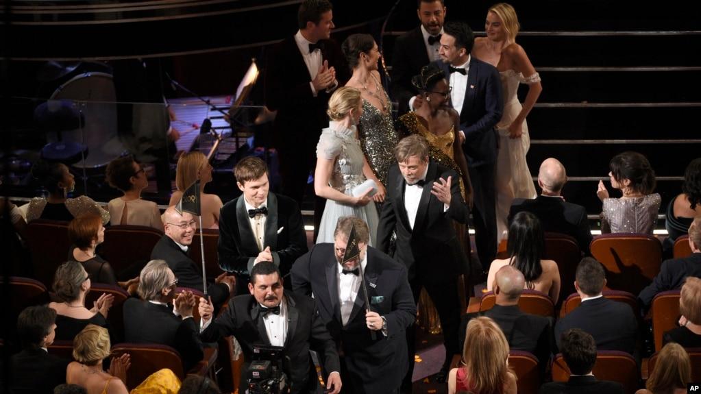 奥斯卡奖颁奖典礼上,电影《水形物语》主创人员上台领奖(2018年3月4日)