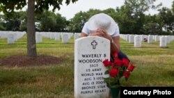威弗利·伍德森的遗孀乔安在阿灵顿国家公墓的伍德森墓地悼念丈夫。(照片由琳达·赫维乌提供)
