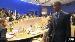Američki predsednik Barak Obama dolazi na sednicu za okruglim stolom sa afričkim državama, održanu u okviru samita Grupe 8, u Dovilu, u Francuskoj