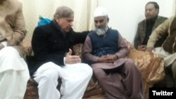 وزیر اعلیٰ پنجاب شہباز شریف زینب کے والد امین انصاری کے ساتھ۔ فائل فوٹو