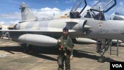 """蒋青桦是台湾空军首位幻影M2000-5型战机女飞行员。在桃园机场附近长大的蒋青桦从小对翱翔天空充满幻想,如今终于圆梦驾驶她所说的""""性感的""""法国幻影战机。(美国之音萧洵拍摄)"""