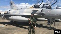 """蔣青樺是台灣空軍首位幻影M2000-5型戰機女飛行員。在桃園機場附近長大的蔣青樺從小對翱翔天空充滿幻想,如今終於圓夢駕駛她所說的""""性感的""""法國幻影戰機。(美國之音蕭洵拍攝)"""