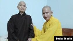 Tu sĩ Thích Đồng Long (phải) vấn an Đức Tăng thống Thích Quảng Độ hôm 25/5/2019. Photo Faceboook Phạm Trinh.