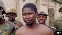 Le chef de la secte islamique Boko Haram Mohammed Yusuf, 39 ans, entouré de soldats, peu après sa capture par les troupes nigérianes, à la caserne de Giwa à Maiduguri, au nord-est du Nigeria, 5 août 2009.