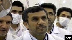 Đài truyền hình nhà nước Iran chiếu hình ảnh Tổng thống Mahmoud Ahmedinejad ngắm nhìn những vật mà được đài này thuyết minh là các thanh nhiên liệu uranium làm giàu mức 20%