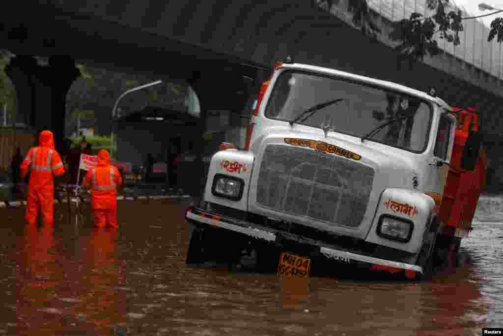 بارشوں کی وجہ سے کئی سڑکوں میں گڑھے بھی پڑ گئے جس کی وجہ سے کئی گاڑیاں پھنس گئیں۔