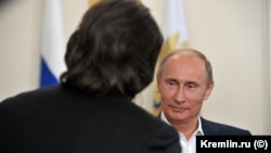 Российский президент Владимир Путин и телеведущий Андрей Малахов на встрече в Кремле, 2018 год
