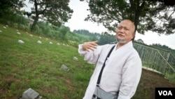 """56岁的韩国佛僧墨迦每月到韩国坡州祭扫一次""""北韩军与中国军墓地""""。"""