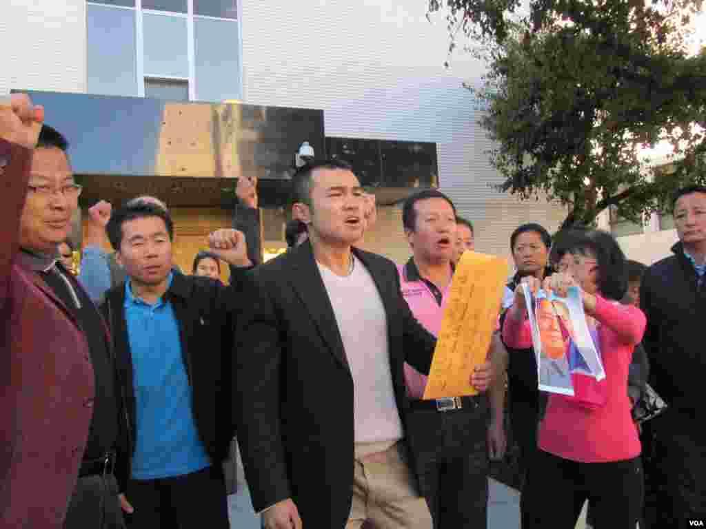 华人和藏人呼喊口号要求全中国的自由民主和人权(美国之音 容易拍摄)
