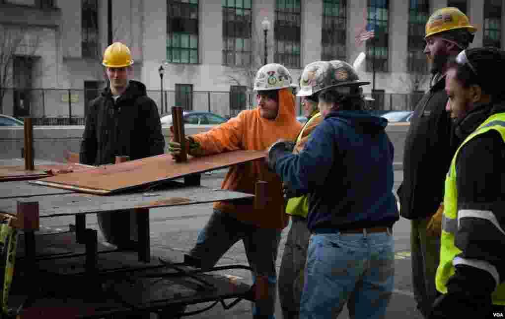 کارگران در حل کار برای نصب حصارهای فلزی در خیابانهایی اطراف کنگره