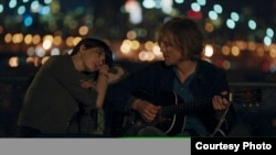 "Anne Hathaway dan Johnny Flynn dalam sebuah adegan film ""Song One"" (Courtesy Sundance/John Guleserian)"