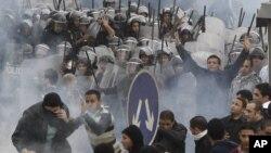 지난 2011년 1월 이집트 수도 카이로에서 반정부 시위대가 진압 경찰과 출동했다. (자료사진)