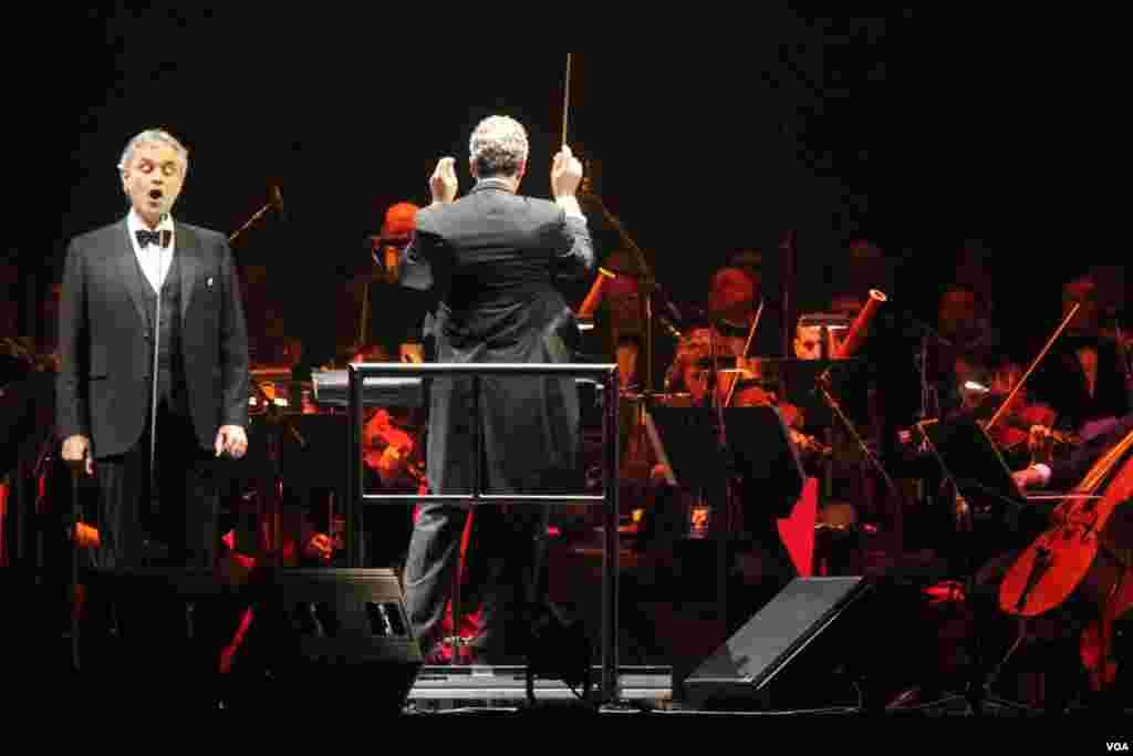 """Andrea Bocelli interpretó clásicos temas de ópera y baladas como parte del repertorio en el que presentó su última producción musical """"Passione""""."""