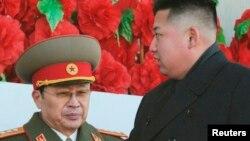 Lãnh tụ Bắc Triều Tiên Kim Jong-un (phải) cùng với ông Jang Song Thaek tại một buổi diễu hành quân đội kỷ niệm sinh nhật nhà lãnh đạo quá cố Kim Jong-il ở Bình Nhưỡng, 16/2/2012. REUTERS/Kyodo