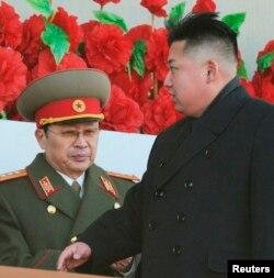 Ông Kim Jong Un và người chú, ông Jang Song Thaek. Ông Jang và những người đồng bọn đã lạm dụng quyền thế trong các hành động chống lại đảng cộng sản