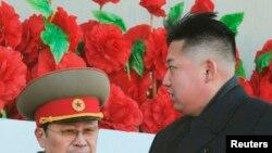 Một số các nhà phân tích chính trị phương Tây nói rằng ông Jang Song Thaek (trái) có thể đã bị loại vì đã trở nên quá gần gũi với Bắc Kinh.