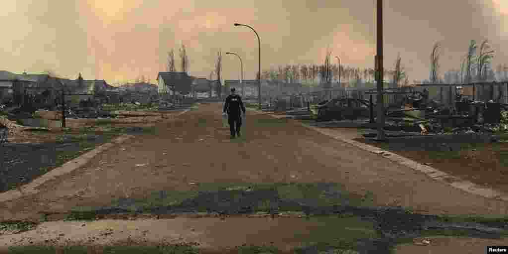بخشی از خسارت به شهر بعد از آتش سوزی در مناطقی.