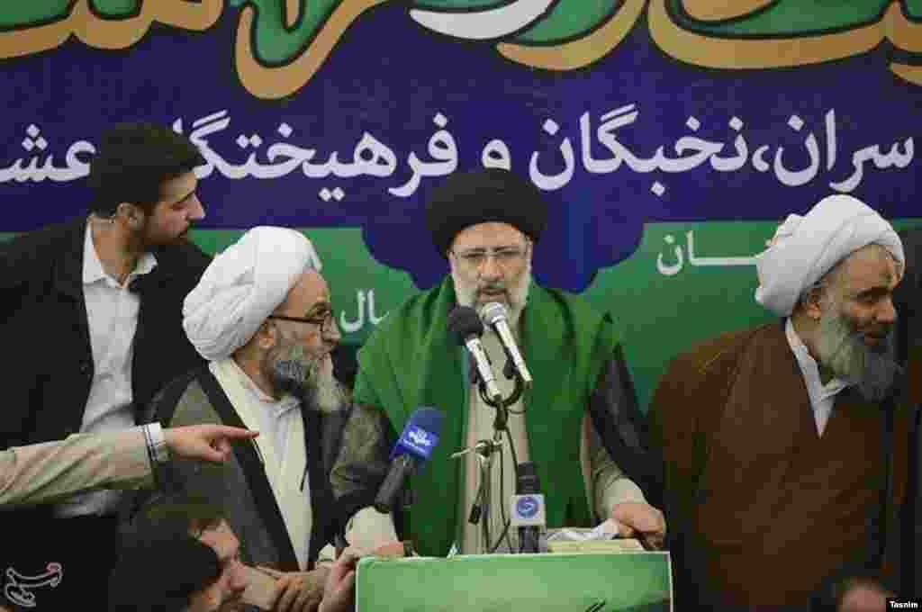 ابراهیم رئیسی هم در سفر به اهواز از نماد سبز به نشان سیادت استفاده کرده است. عکس: محمود حسینی