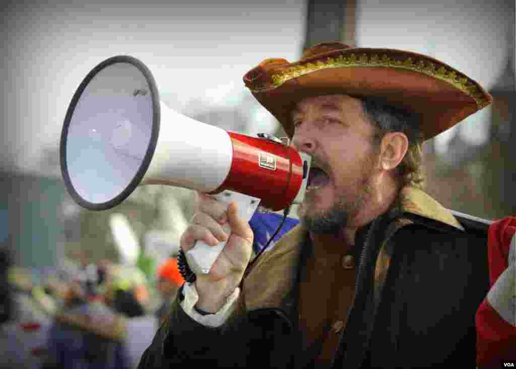 Участник марша в костюме пилигрима: «Вставай Америка!»