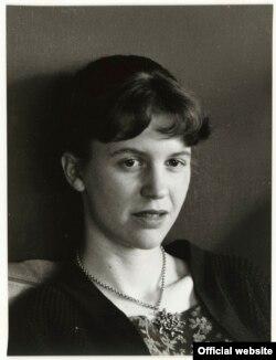 سیلویا پلات زمانی که برای بورسیه دانشگاه تقاضا داده بود