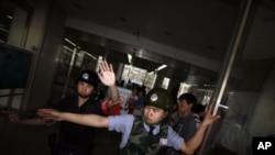Nhân viên an ninh Trung Quốc chặn ngay lối ra vào bệnh viện, nơi ông Trần Quang Thành đang được chữa trị, không cho ký giả vào