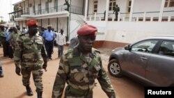 ທະຫານ Guinea Bissau ຫຼັງຈາກເສັດສິ້ນການຖະແຫຼງຂ່າວ ທີ່ກອງບັນຊາການທະຫານ ໃນນະຄອນຫຼວງ Bissau (19 ມີນາ 2012)