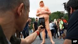 Patung telanjang Donald Trump dipajang di kawasan Union Square, New York (foto: dok).