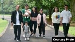 Presiden Joko Widodo dan keluarga meluangkan waktu untuk jalan pagi di sekitar Istana Kepresidenan, Bogor, Jawa Barat, Sabtu (8/12). (Foto: Setpres RI)
