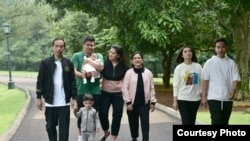 Presiden dan keluarga meluangkan waktu untuk jalan pagi di sekitar Istana Kepresidenan, Bogor, Jawa Barat, Sabtu (8/12). Courtesy : Setpres RI]