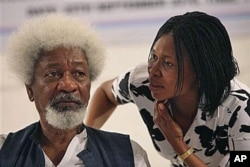 Nobel laureate Wole Soyinka, left, speaks to Joy Okei-Odumakin during the launch of his new political party in Lagos, Nigeria, 25 Sep 2010. Nobel laureate Wole Soyinka, who won the Nobel Prize for Literature in 1986, the first African honored with the aw