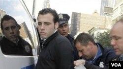 Salah satu pelaku unjuk rasa anti-Wall Street di Times Square, ditangkap oleh polisi kota New York (15/10).