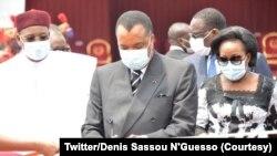 Denis Sass N'Guesso (C) na molongani wa ye Antoinnette Sassou (D) elongo na mokonzi ya Niger Mahamoudou Isoufou (G) na bofungoli bwa Université Denis Sassou N'Guesso na Kintele, na Brazzaville, 5 février 2021 (Twitter/Denis Sassou N'Guesso)