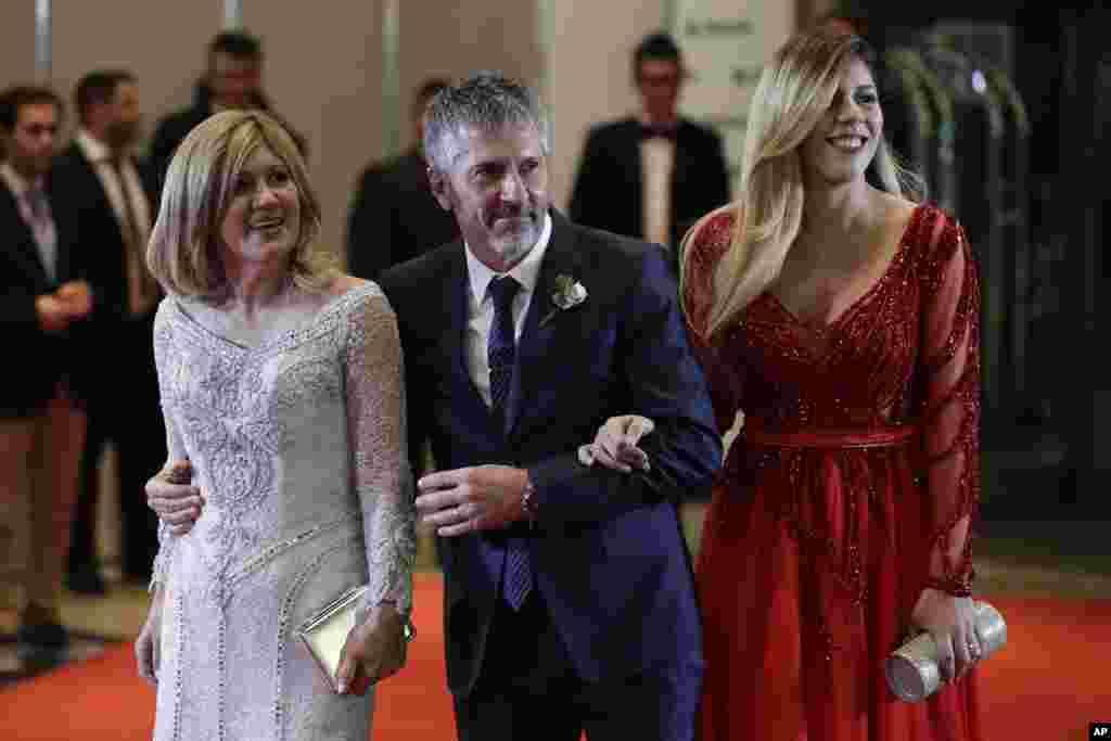 اعضای خانواده لیونل مسی، پدر و مادر و خواهرش در مراسم ازدواج این ستاره فوتبال تیم ملی آرژانتین با عشق دوران کودکی او.