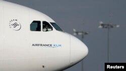Pilot Air France-KLM memarkir pesawatnya setelah mendarat di Bandara Internasional Charles de Gaulle, di Roissy, dekat Perancis, 27 Oktober 2015. (Foto: Reuters)