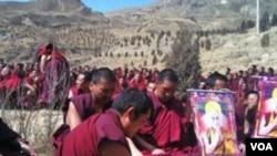 Para bhiksu Tibet melakukan doa bersama bagi petani Sognam Darye di lokasi kremasi jenazahnya di biara kota Rongwo (18/3).