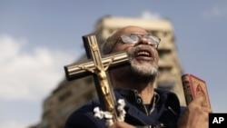 Người biểu tình Ai Cập cầm thánh giá và kinh Koran tại Quảng trường Tahrir.