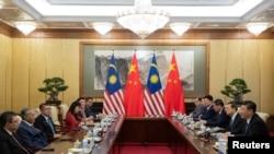 中國國家主席習近平(右)在北京釣魚台國賓館與馬來西亞總理馬哈蒂爾(左二)舉行會晤。(2018年8月20日)