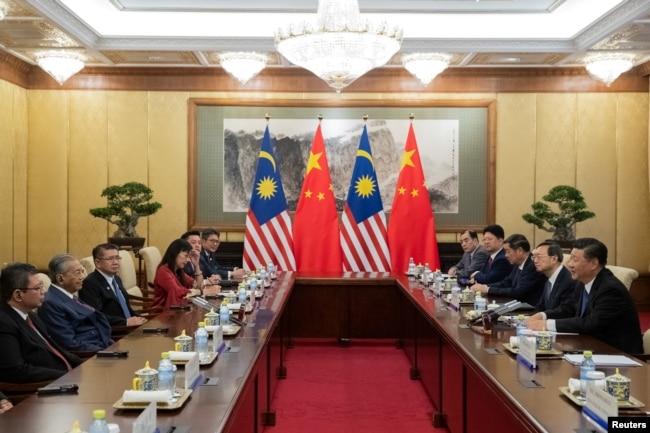 中国国家主席习近平(右)在北京钓鱼台国宾馆与马来西亚总理马哈蒂尔(左二)举行会晤。(2018年8月20日)